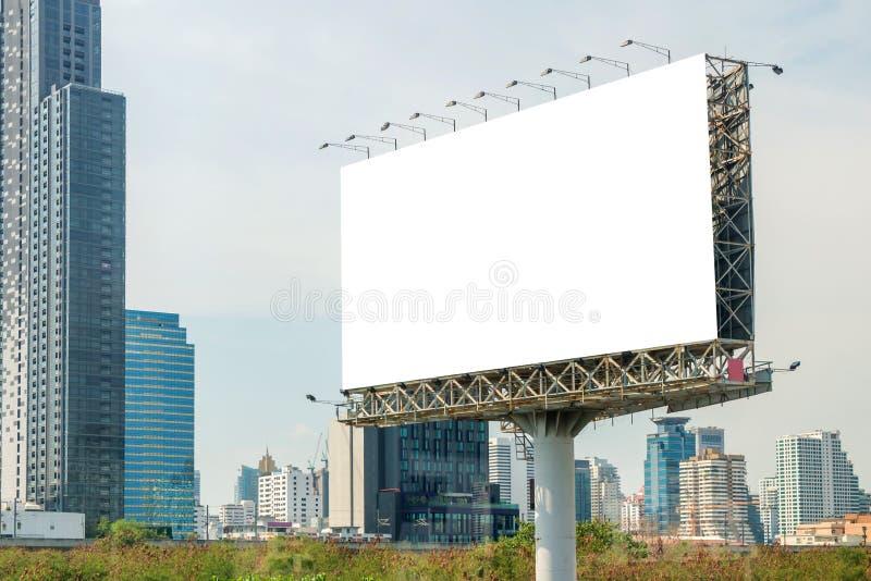 blanc de panneau d'affichage sur la route dans la ville pour faire de la publicité le fond photo stock