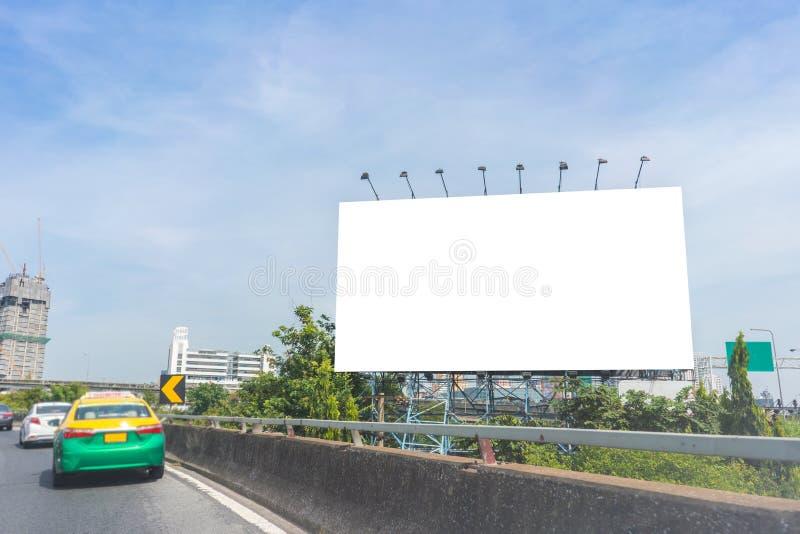 blanc de panneau d'affichage sur la route dans la ville pour faire de la publicité le fond image stock
