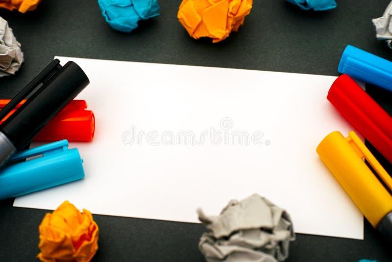 Blanc de papier avec les stylos de couleur et le papier chiffonné photographie stock