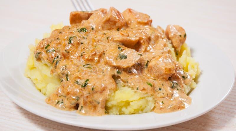 Blanc de poulet à une sauce crémeuse avec de la purée de pommes de terre photo libre de droits