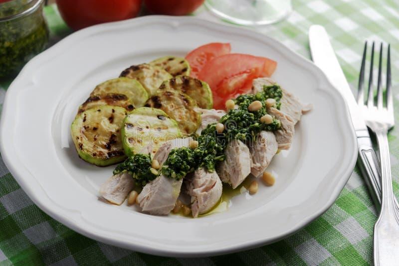 Blanc de poulet avec de la sauce et des légumes à pesto image stock