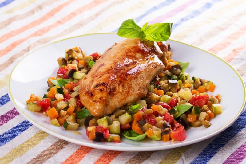 Blanc de poulet avec les légumes sautés photo libre de droits