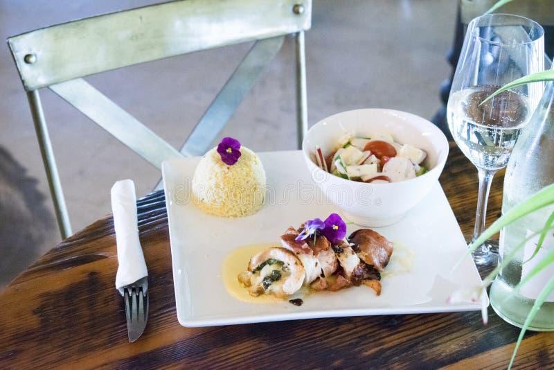 Blanc de poulet bourré avec de la salade et le couscous image libre de droits