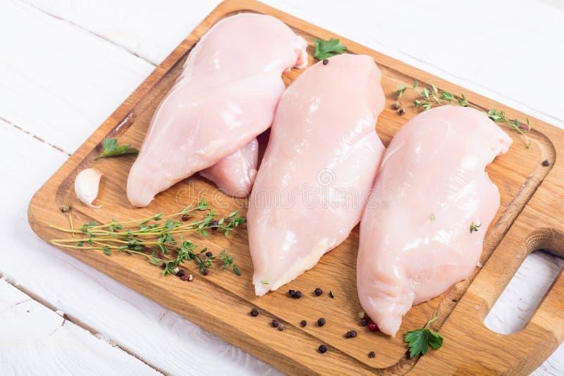 Blanc de poulet cru avec des épices images libres de droits