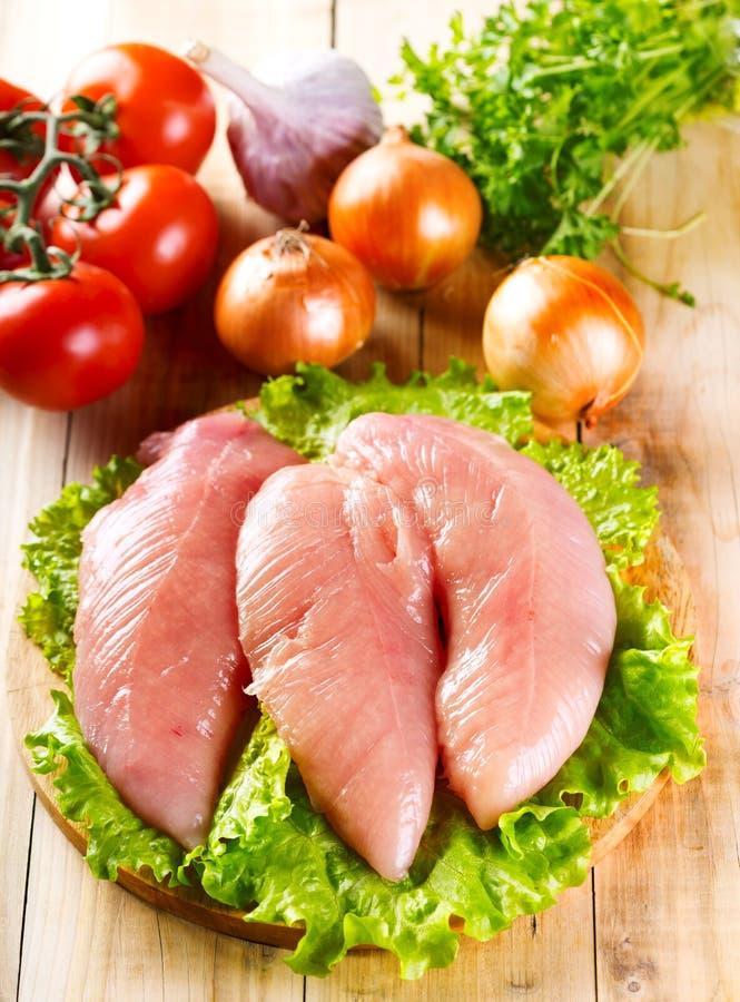 Blanc de poulet cru avec des légumes photographie stock