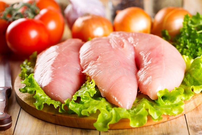 Blanc de poulet cru avec des légumes photo libre de droits