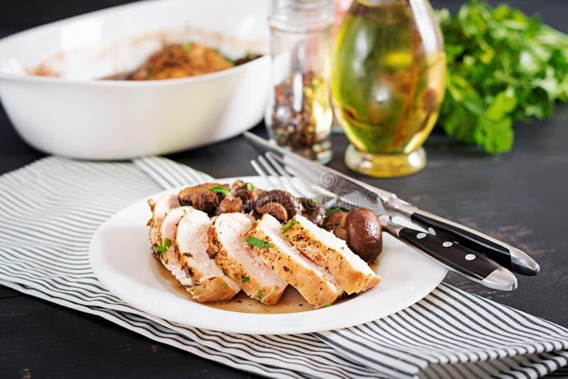 Blanc de poulet cuit au four avec des champignons en sauce balsamique sur le blanc de poulet tableBaked avec des champignons en s photographie stock libre de droits