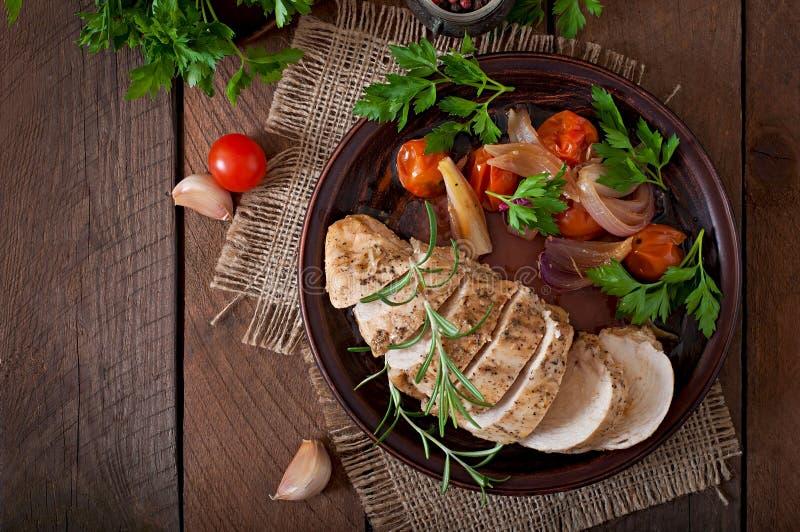Blanc de poulet cuit au four avec des légumes photos stock