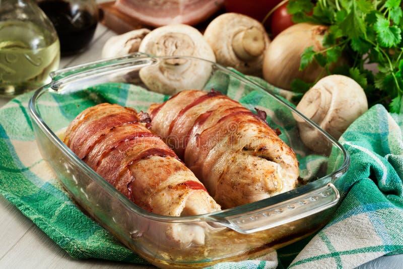 Blanc de poulet cuit au four bourré du champignon de paris photos libres de droits