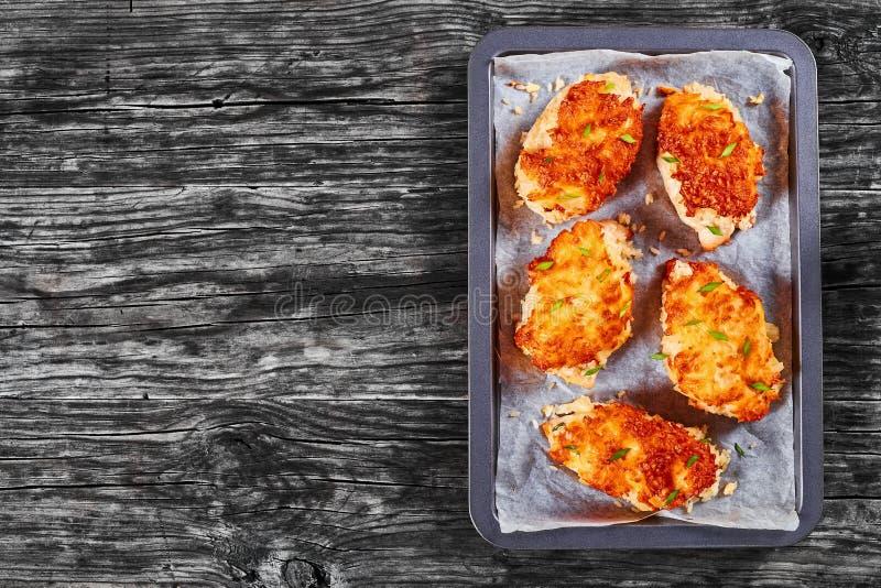Blanc de poulet cuit au four sur la plaque de cuisson photo stock
