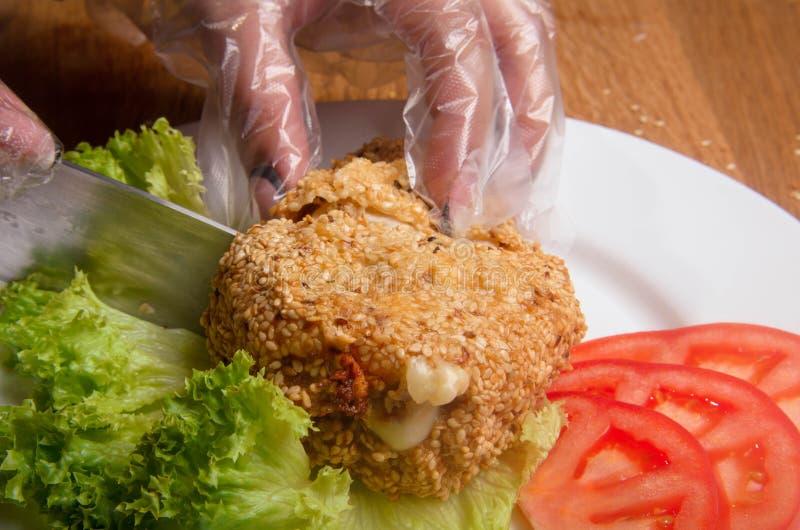 Blanc de poulet en sésame fait frire Filet de poulet bourré du fromage et du paprika Plat de restaurant d'un plat blanc photo libre de droits