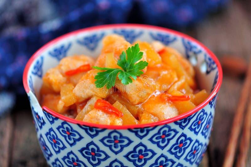 Blanc de poulet en sauce aigre-doux avec des tranches d'ananas avec du riz bouilli Type rustique image libre de droits