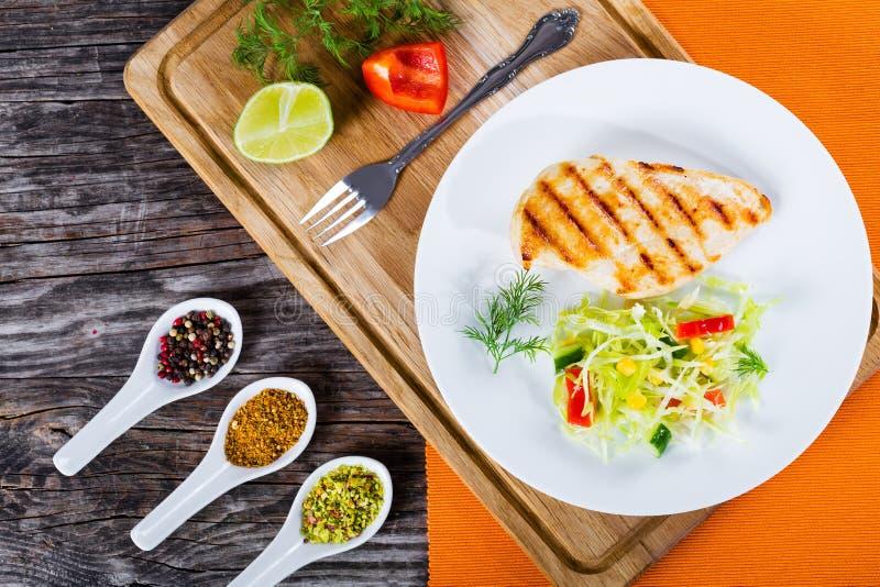 Blanc de poulet et salade de choux grillés de ressort, vue supérieure photographie stock libre de droits