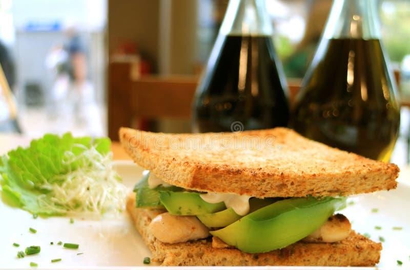 Blanc de poulet et sandwich à avocat grillés par plan rapproché photographie stock
