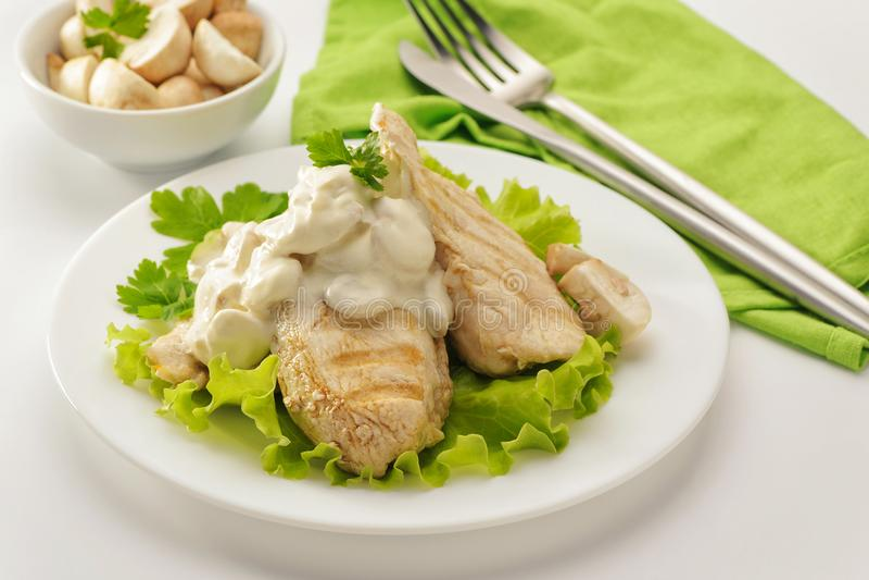 Blanc de poulet frit avec de la sauce crème image stock
