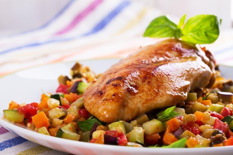 Blanc de poulet frit avec les légumes sautés image stock