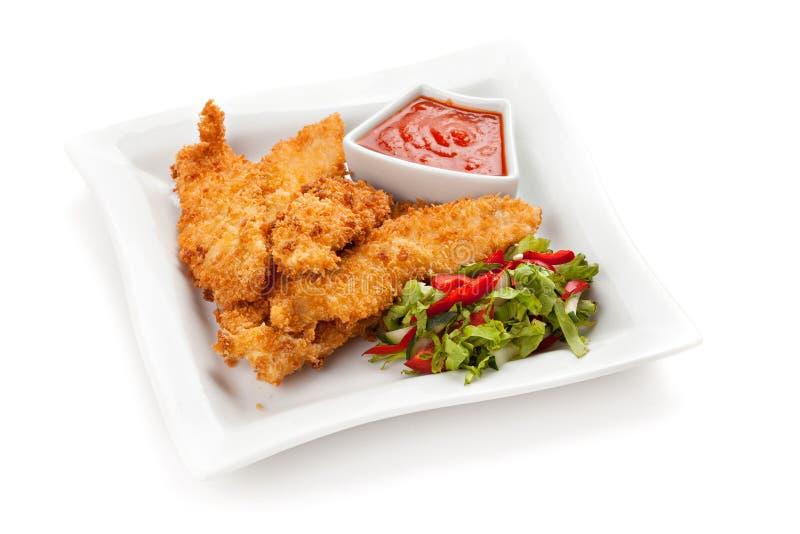 Blanc de poulet frit dans la pâte lisse avec de la salade végétale sur le Th photos stock