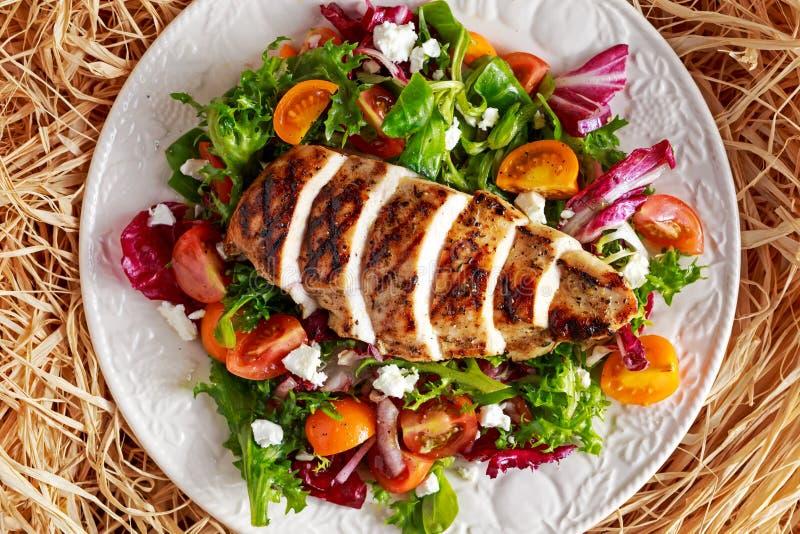 Blanc de poulet grillé avec de la salade fraîche de légumes de tomates Nourriture saine de concept images libres de droits