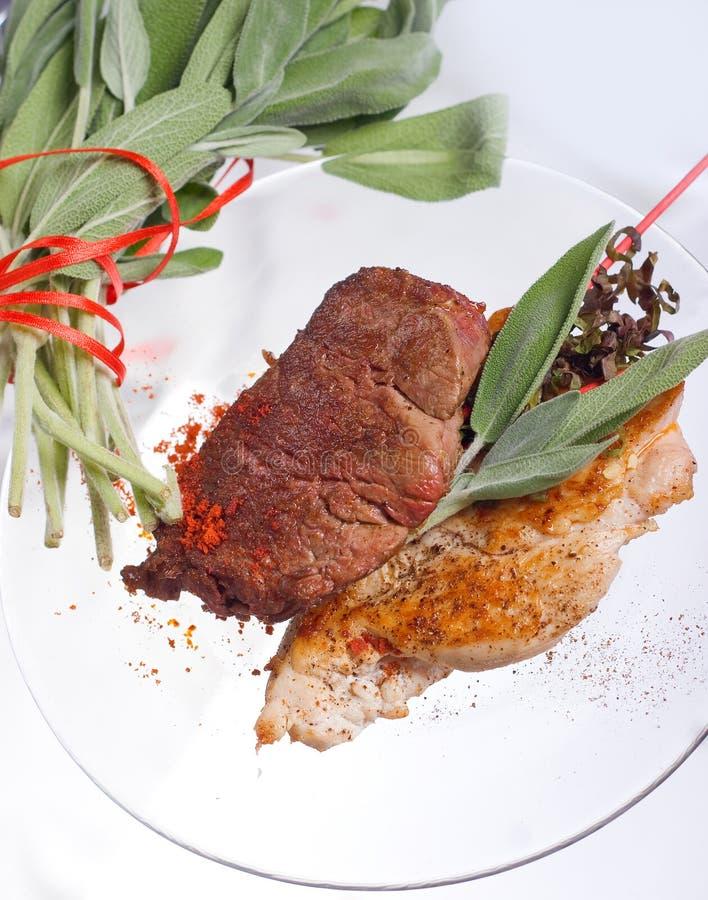 Blanc de poulet grillé et côtelette de porc avec le bifteck et les herbes de viande de boeuf dans le plat transparent image stock