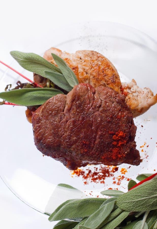 Blanc de poulet grillé et côtelette de porc avec le bifteck et les herbes de viande de boeuf dans le plat transparent photos stock