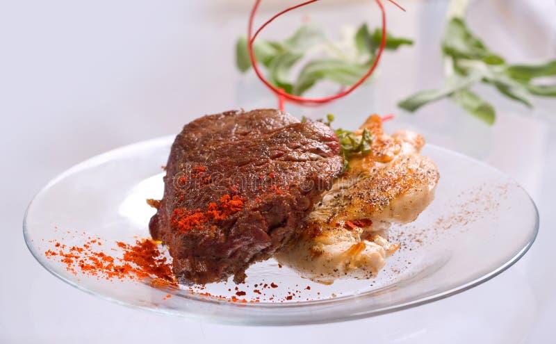 Blanc de poulet grillé et côtelette de porc avec le bifteck et les herbes de viande de boeuf dans le plat transparent image libre de droits
