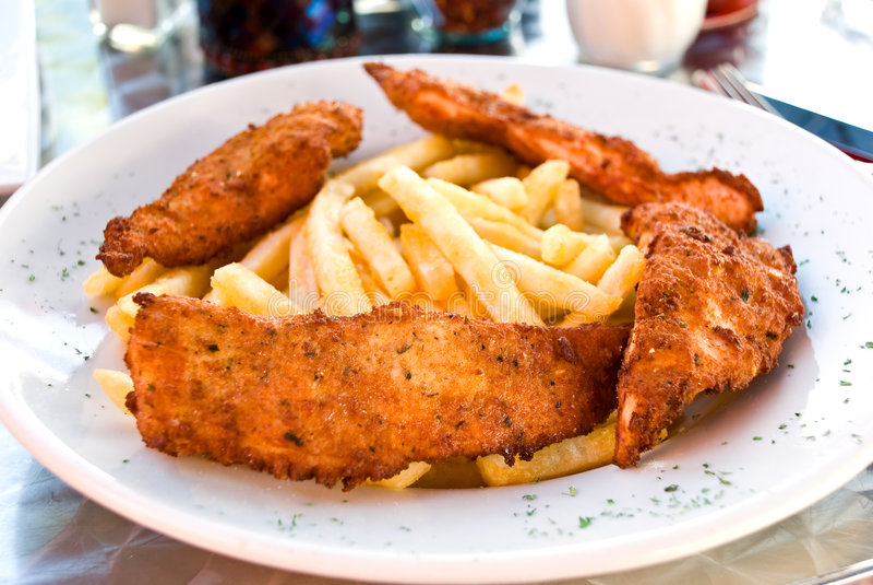 Blanc de poulet pané avec des pommes frites photo libre de droits