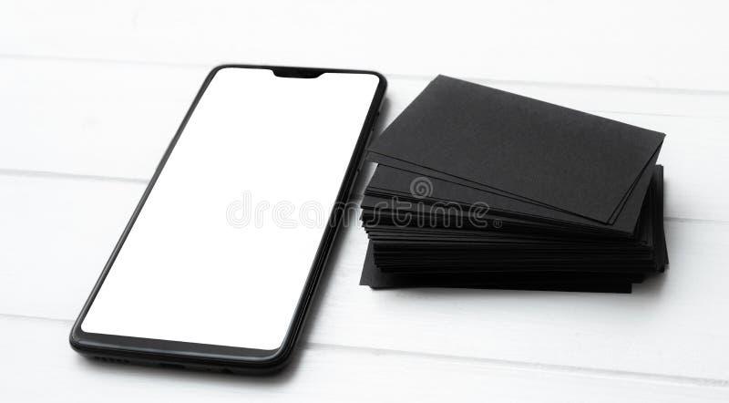 Blanc de smartphone moderne et de pile noire de cartes de visite professionnelle de visite pour votre conception photos libres de droits
