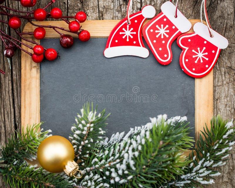 Blanc de tableau noir de vintage encadré en la branche d'arbre de Noël et décembre image libre de droits