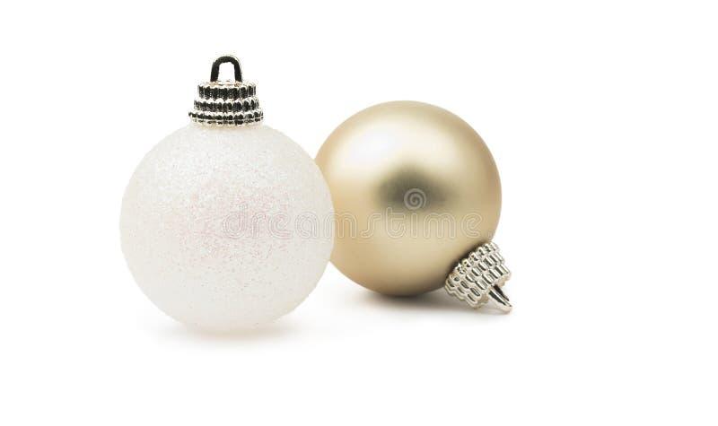 Blanc et babioles brillantes de Noël de scintillement d'or d'isolement sur un pur image libre de droits