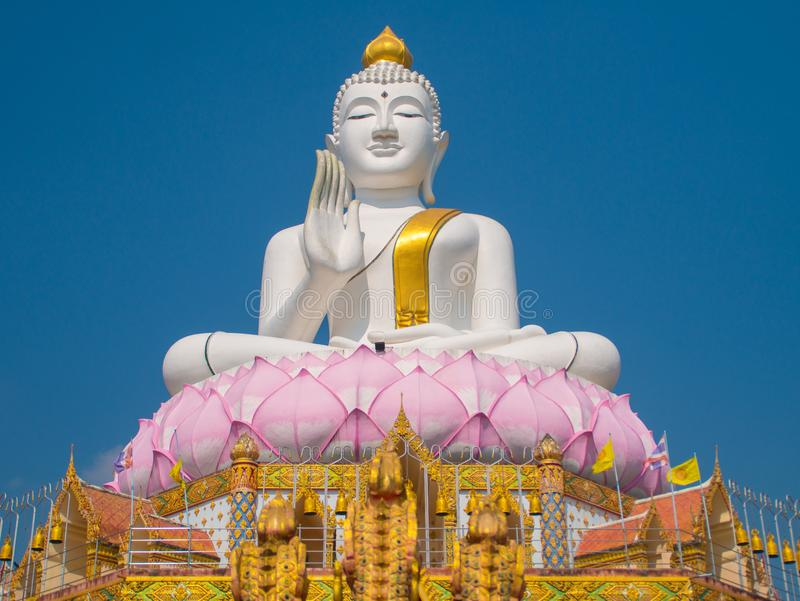 Blanc et grand ascenseur de Bouddha d'or photo libre de droits