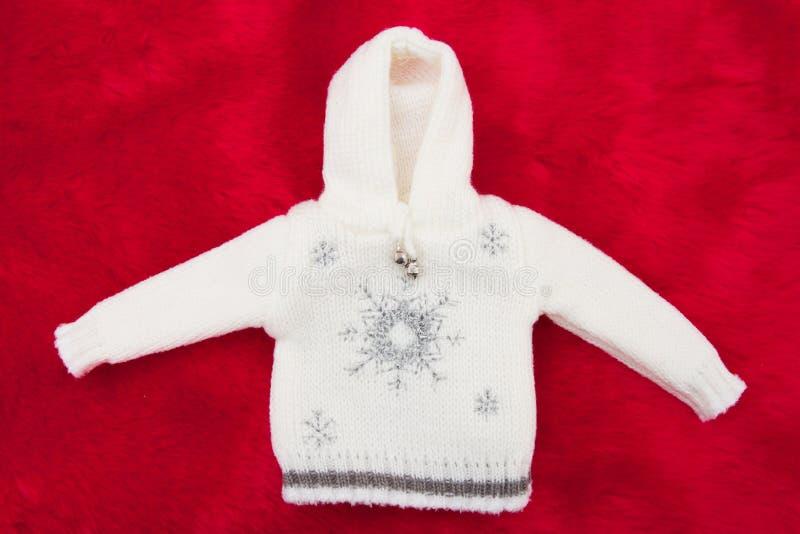 Blanc et Grey Snowflake Christmas Sweater sur la peluche rouge images libres de droits