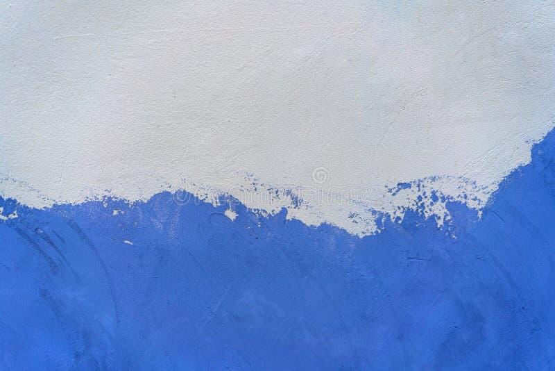 Blanc et mur en béton peint par bleu image stock