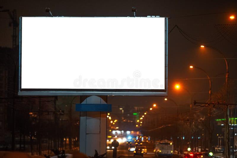 Blanc extérieur de panneau d'affichage pour annoncer l'affiche avec la maquette, temps de ville de nuit image libre de droits