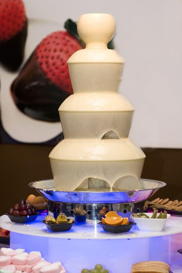 blanc fondu par fontaine enamouré par chocolat image stock