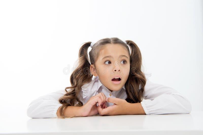 Blanc maigre de bureau d'élève Cheveux de fantaisie rangés d'écolière parfaite École en tant qu'environnement plus étrange Prépar photos stock