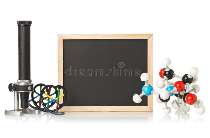Blanc, tableau vide et noir avec le microscope, modèle de molécule et modèle d'ADN au-dessus de blanc photo stock