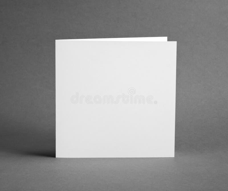 Blanc videz la carte fermée sur le gris pour remplacer votre conception photo libre de droits
