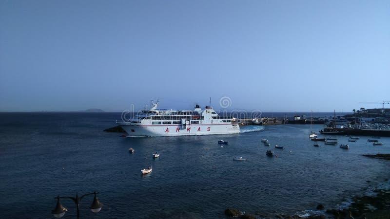 Blanca de Playa del transbordador de pasajero - islas Canarias de Lanzarote imagen de archivo