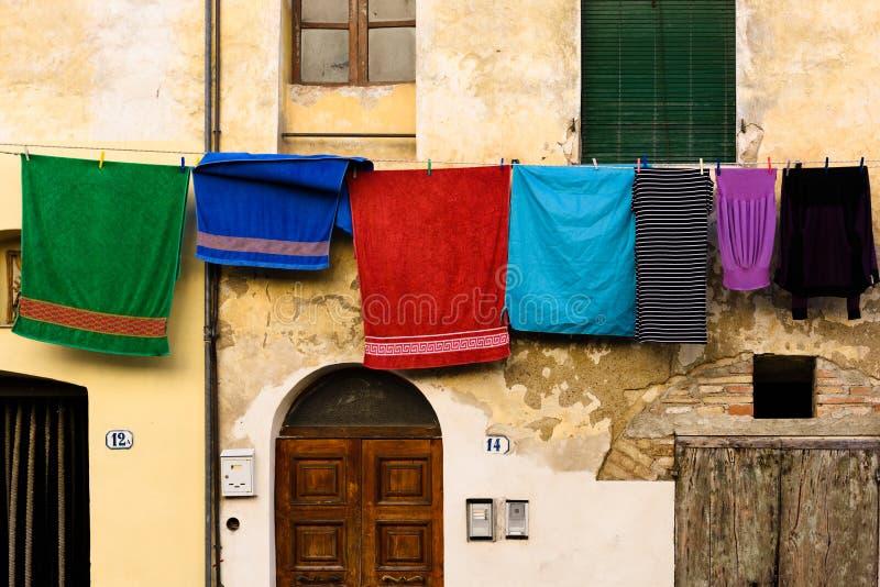 Blanchisserie accrochant hors d'une maison typique d'Italien photographie stock libre de droits