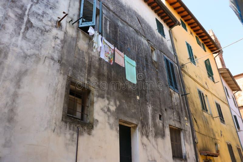 Blanchisserie accrochant sur une rue toscane photo stock