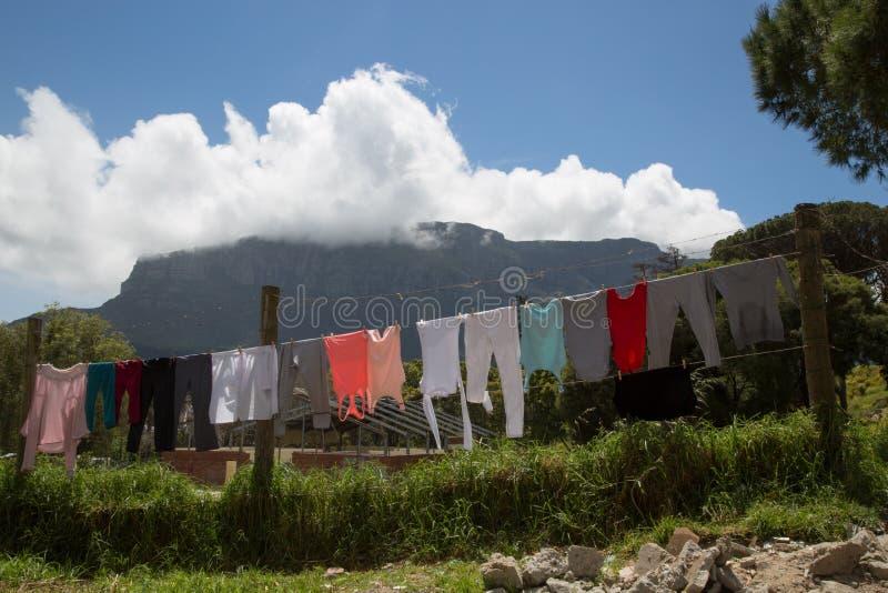 Blanchisserie colorée avec la vue sur la montagne de Tableau photos stock