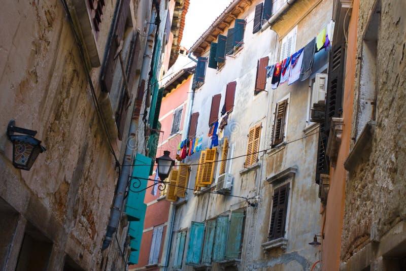 Blanchisserie colorée traînant sur une corde à linge dans la rue photo libre de droits