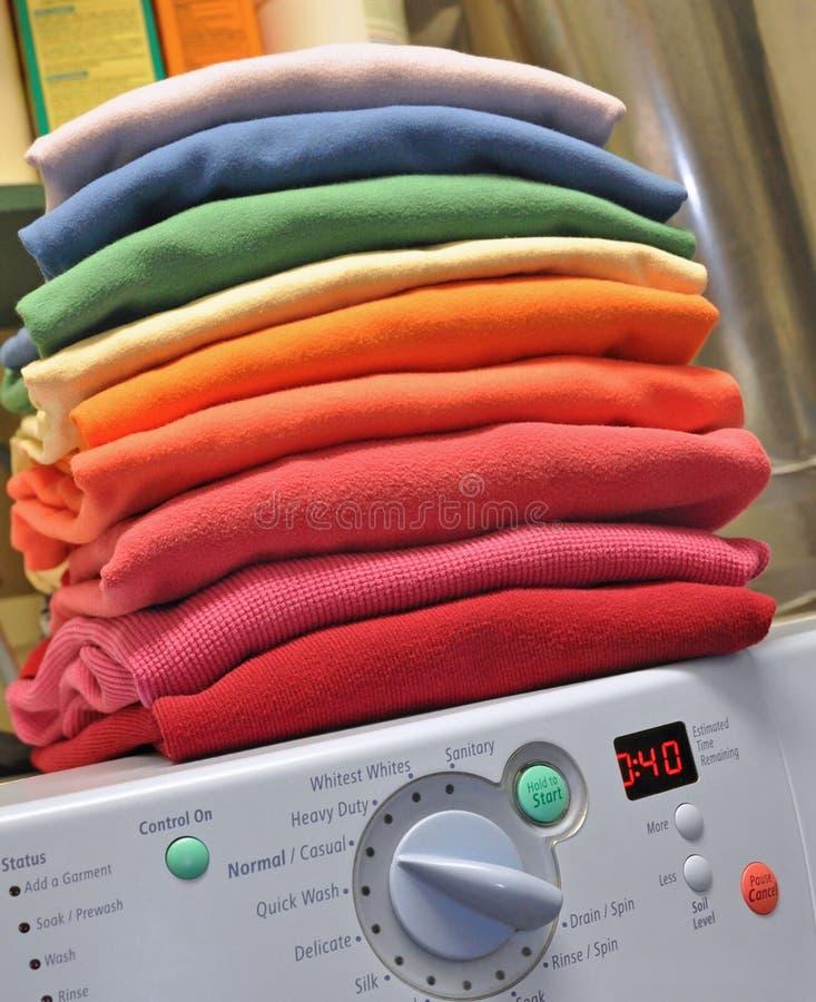 Blanchisserie d'arc-en-ciel sur la machine à laver photographie stock libre de droits