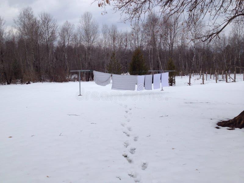 Blanchisserie dans la neige photo stock