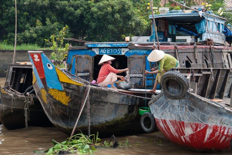 Blanchisserie dans le delta du Mékong, Vietnam images libres de droits