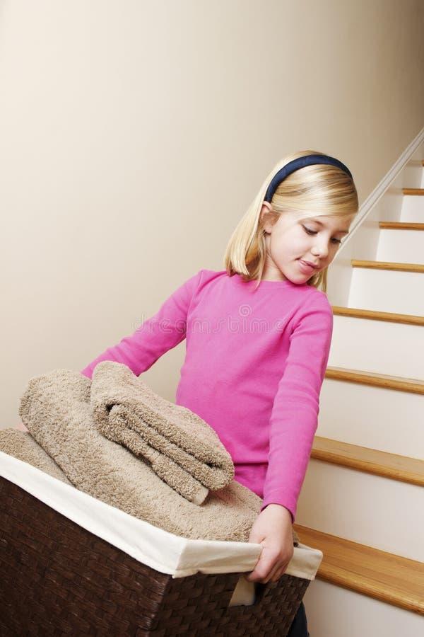 Blanchisserie de nettoyage de fille regardant vers le bas photographie stock libre de droits