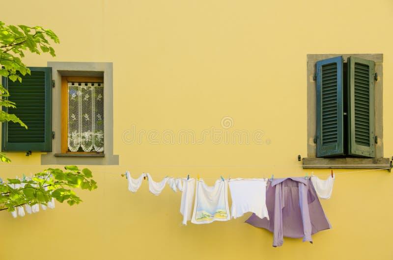 Blanchisserie la fenêtre images stock