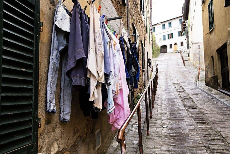 Blanchisserie sur une corde à linge en Toscane photographie stock libre de droits
