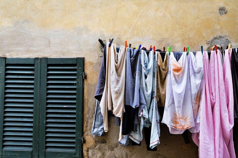 Blanchisserie sur une corde à linge en Toscane photo libre de droits