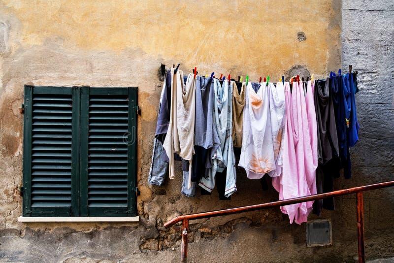 Blanchisserie sur une corde à linge en Toscane images libres de droits